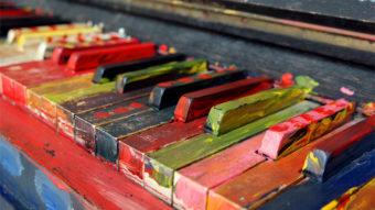 色とりどりにペイントされたピアノ鍵盤