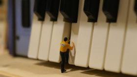 鍵盤を調節しているイメージ