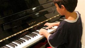 子供がピアノを弾いている画像